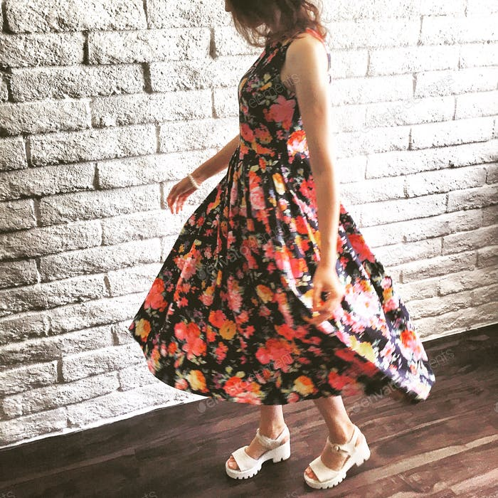 Junges Mädchen trägt ein schönes Kleid