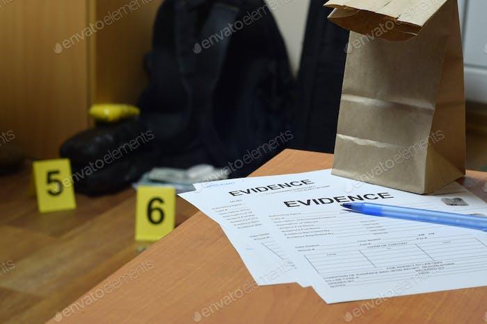 Evidence Chain of Custody Etiketten und braune Papiertüte liegen mit großen Heroin-Paketen und Packungen Geld