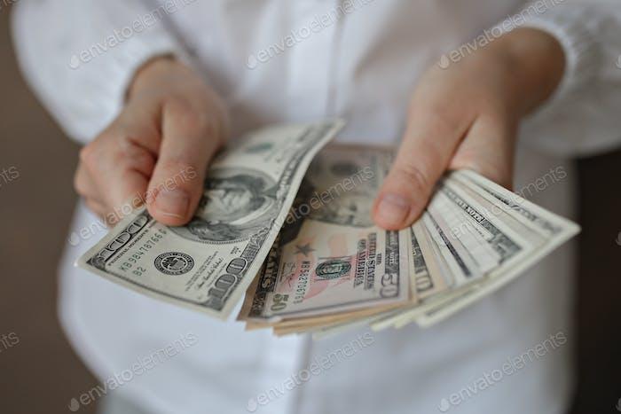 Una mujer con dinero.