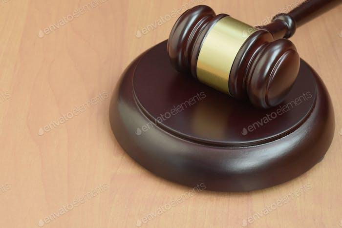 Mazo de justicia en un escritorio de madera en una sala de audiencias durante un juicio judicial