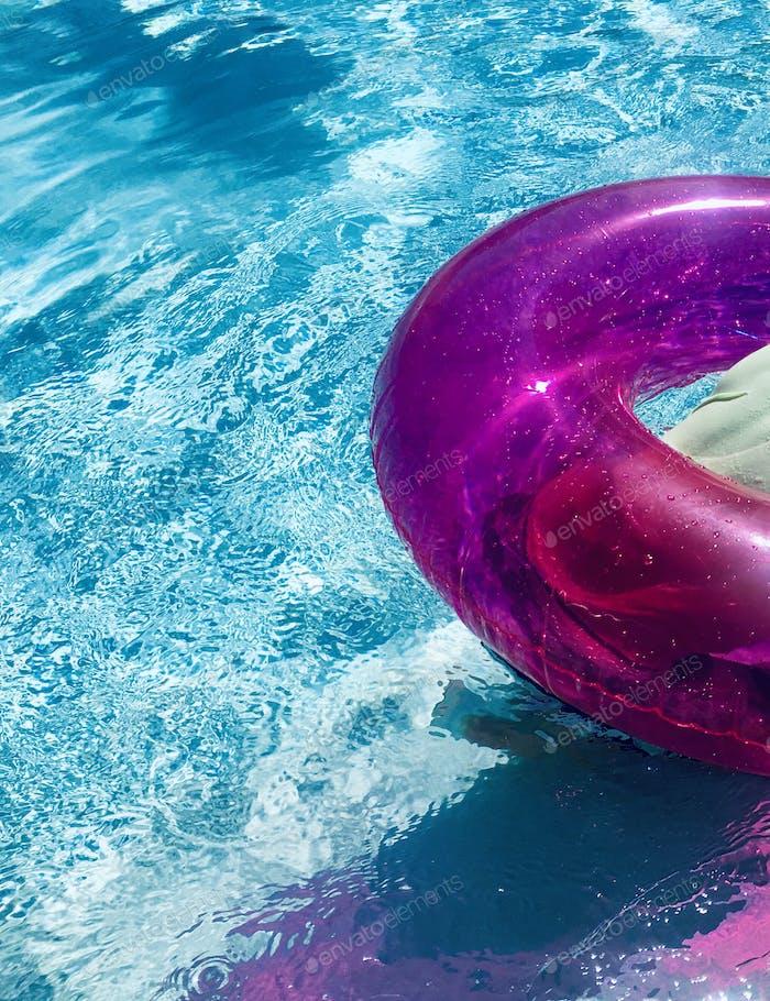 Rosafarbener Schlauch im Pool