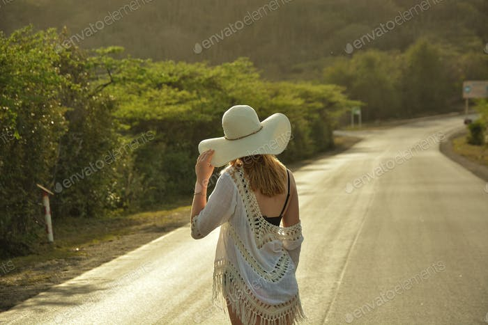 Girl with sumner hat from behind