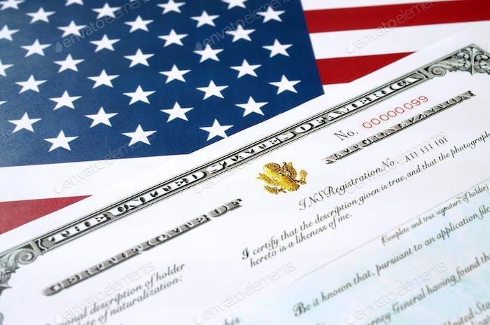 N-550 Einbürgerungsurkunde der Vereinigten Staaten über die USA-Flagge Nahaufnahme