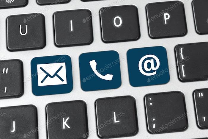Póngase en contacto con nosotros en el botón del teclado. Concepto de contacto en línea de internet a través del sitio web.