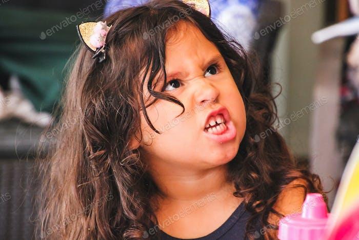 Yo rugido como los grandes gatos, hermosa niña pequeña con actitud
