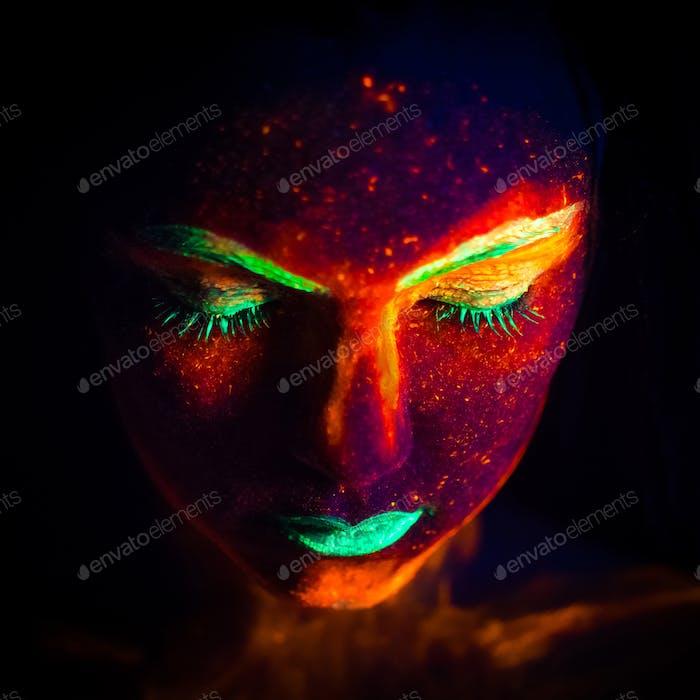 Porträt einer Frau mit fluoreszierenden Farbe Make-up unter UV Neonlicht