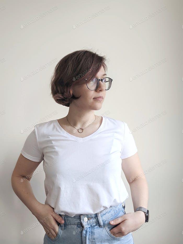 mujer en una camiseta blanca