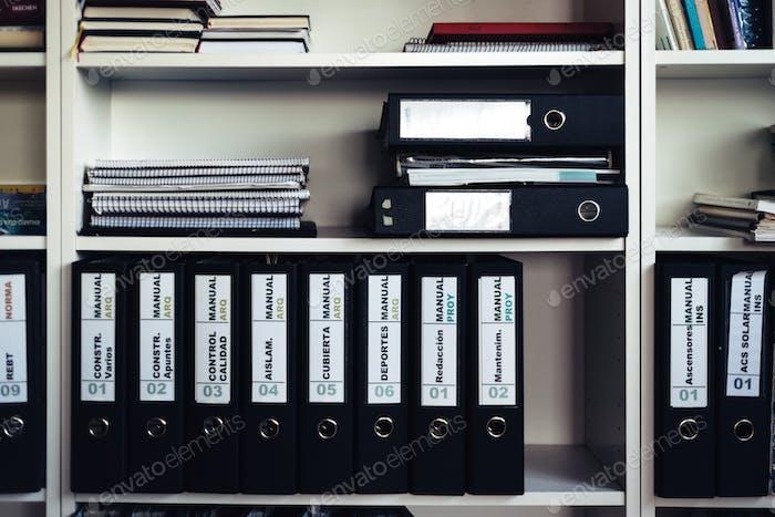 Regal mit Dokumenten im Architekturbüro in Madrid.