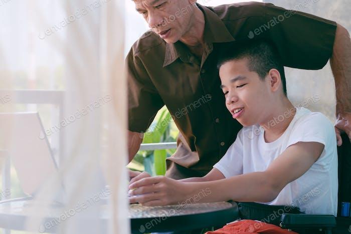 Entwicklung von Fähigkeiten von Kindern mit Behinderungen.