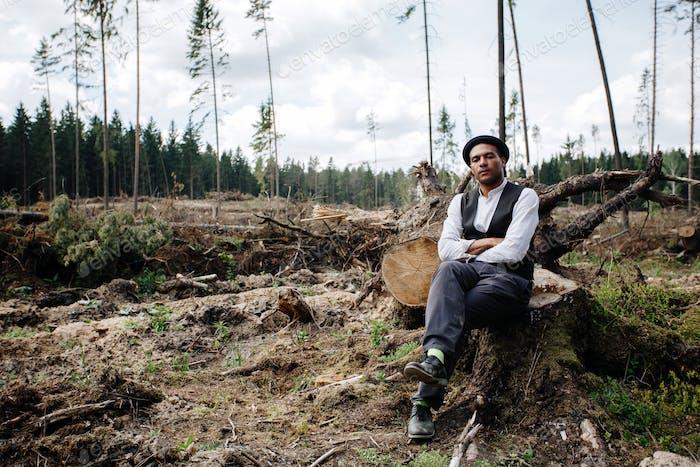 Hombre de ascendencia africana en el bosque talado