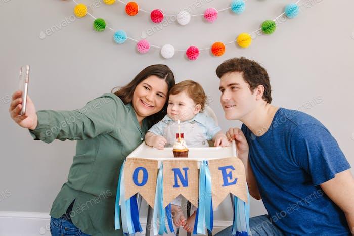 Familie; Baby; machen; Selfie; Social Media; Eltern; nehmen; Telefon; Kamera; Technologie; Handy; Handy; Handy