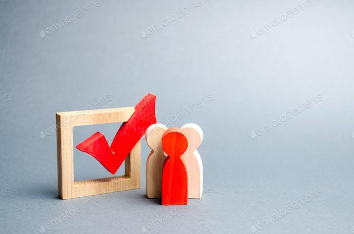 la gente está cerca de la casilla de verificación para votar en las elecciones