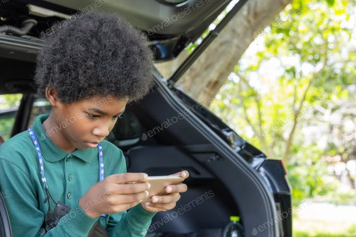 Niño africano usando smartphone
