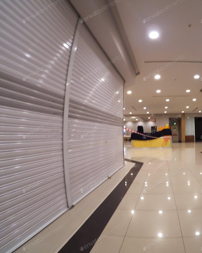 tiendas vacías y cerradas en un centro comercial durante la pandemia