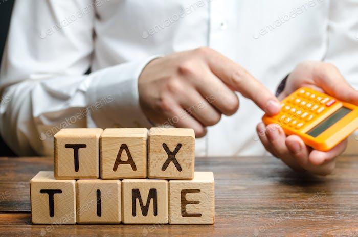 El chico cuenta con la calculadora el pago de impuestos necesario