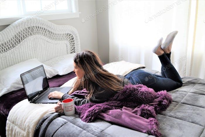Junge Frau zu Hause arbeitet an ihrem Laptop in ihrem Schlafzimmer! ❤️ nominiert