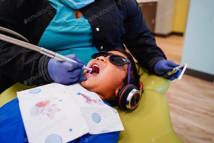 Kleines Kind Kinder zahnärztliche Checkup Hohlräume Reinigung Hohlraum Bürste Zähneputzen Zahnseide