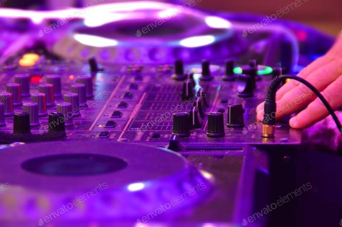 Discjockey-Hand beim Mischen von Musik