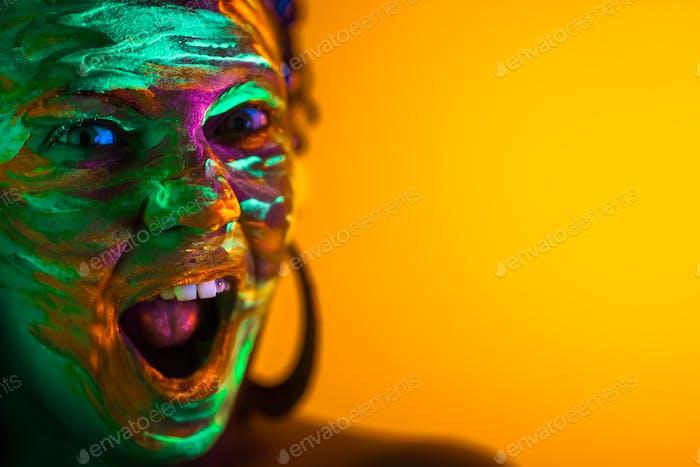 Porträt von Mädchen mit fluoreszierenden Farbe Make-up