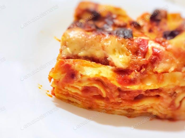 Nahaufnahme einer Portion hausgemachter Lasagne.