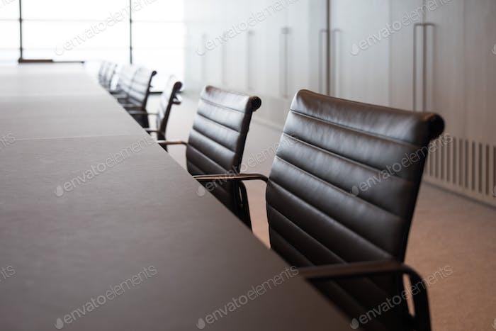 Современный большой корпоративный офис обучения конференции длинный деревянный стол доска комната для переговоров