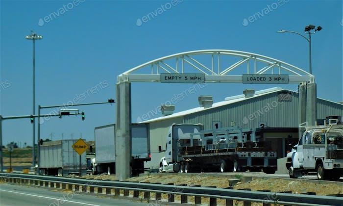 Semi Trucks stoppen in den obligatorischen LKW-Waagen auf der Autobahn
