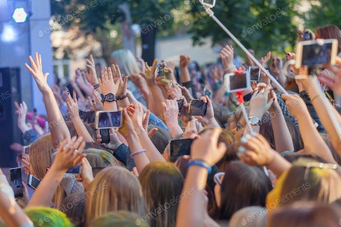 Beim Konzert, Hände hoch, mit mobilen
