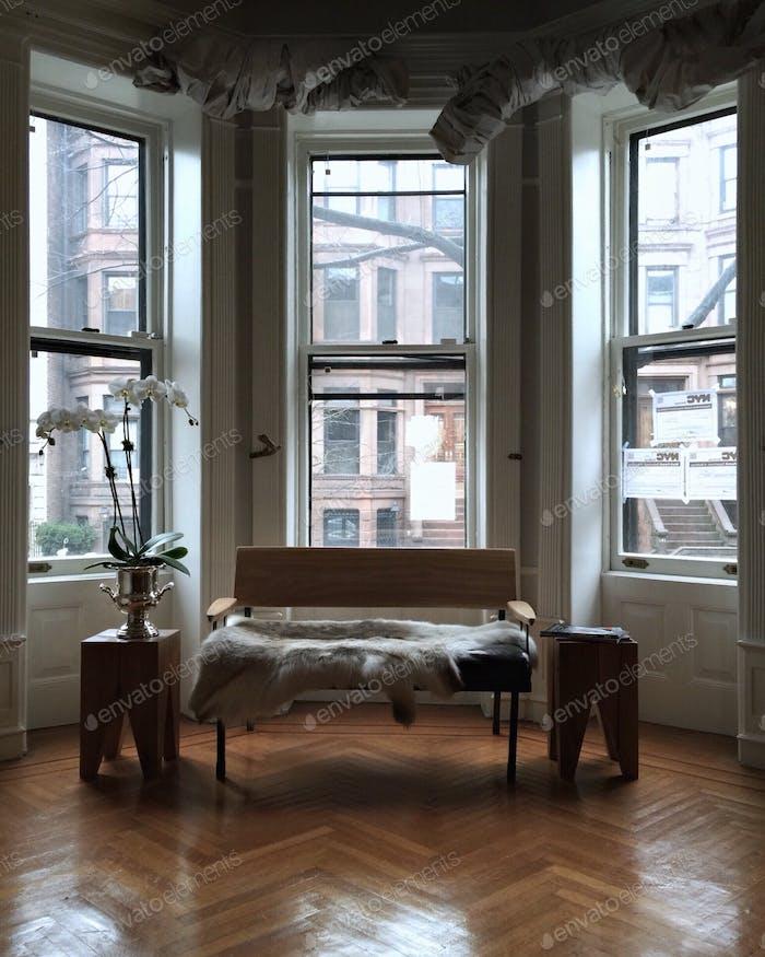 Erkerfenster von innen einer klassischen Residenz aus braunem Stein in New York.