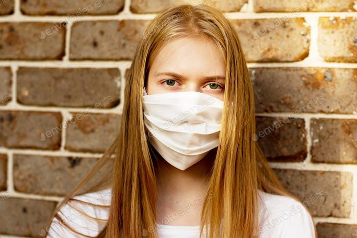 Ein Mädchen mit Gesichtsmaske. Obligatorisch obligatorische Masken. Coronavirus COVID-19-Konzept