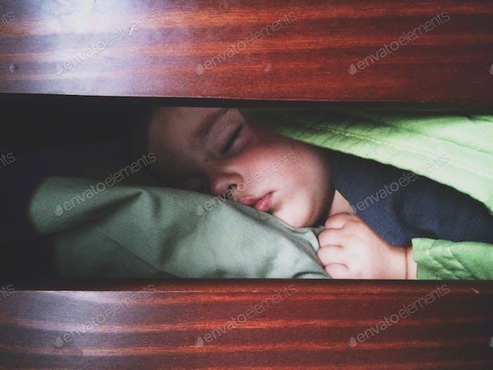 Der Kampf um den Schlaf von diesem Kerl ist real!!!  😖😖