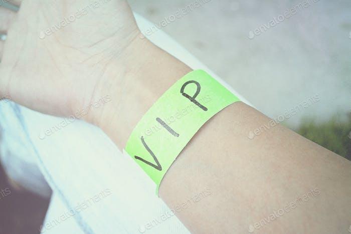 Просто жду, но не слишком долго. Тебе не нравится мой зеленый браслет?