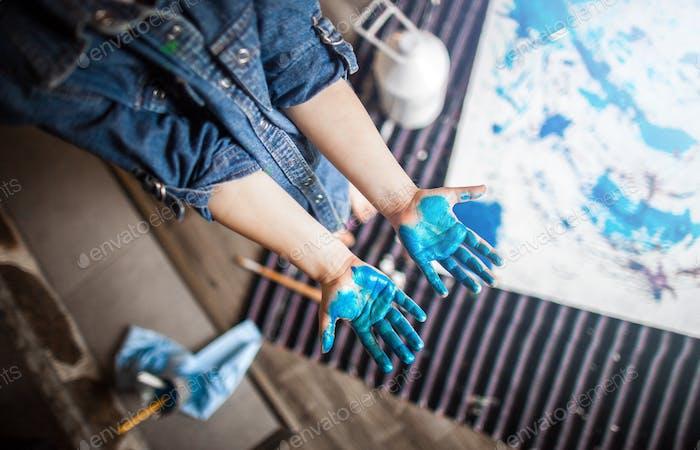 Blaue Hände.