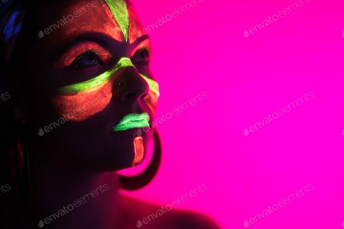Mode sexy Tänzerin in Neonlicht