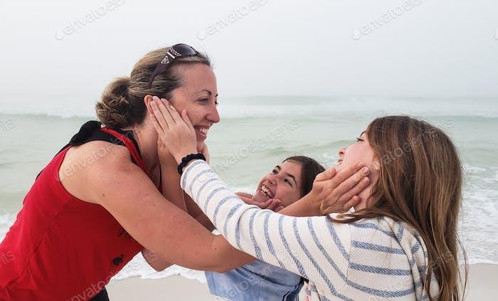 Mama berührt das Gesicht ihrer Kinder in einer Show der Liebe und Hingabe und wird sich sofort die Hände für 20