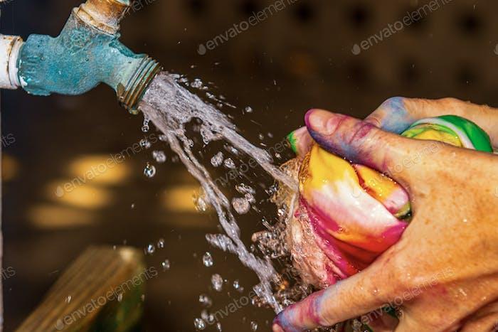 Wasser spritzt auf bunten Krad-Dye Shirt wird ausgewaschen. Nominiert!