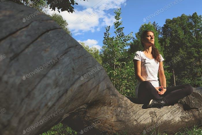 Mädchen in Yogaposition