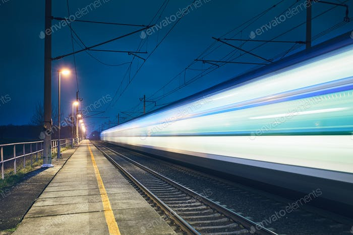 Lichtweg des Schnellzuges im Bahnhof in der Nacht.
