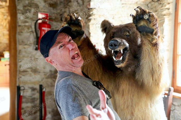 Bär angreifender Mann