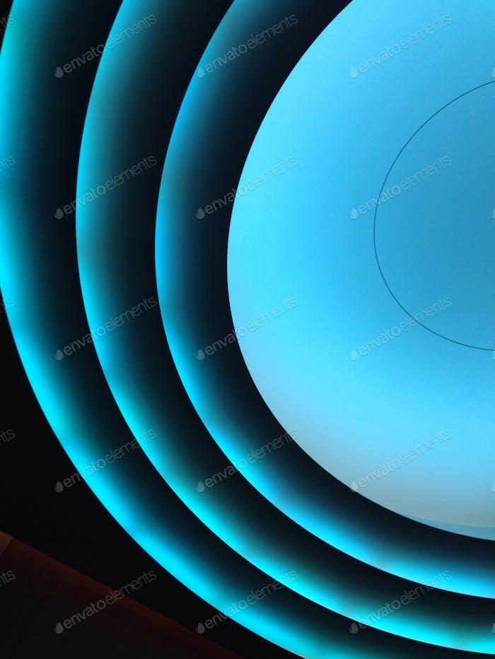 Blaue Leuchtstoffröhren in einem Aufzug. Kreise