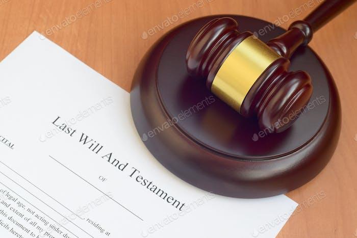 Gerechtigkeitsschlägel und letzter Wille und Testament leeres Dokument auf hölzernem Hoftisch aus nächster Nähe