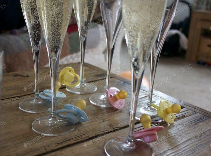Champagnerflöten bei Babyparty