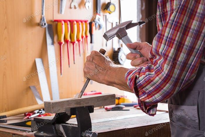 Carpintero trabajando en el banco de trabajo, herramientas de carpintería y carpintería