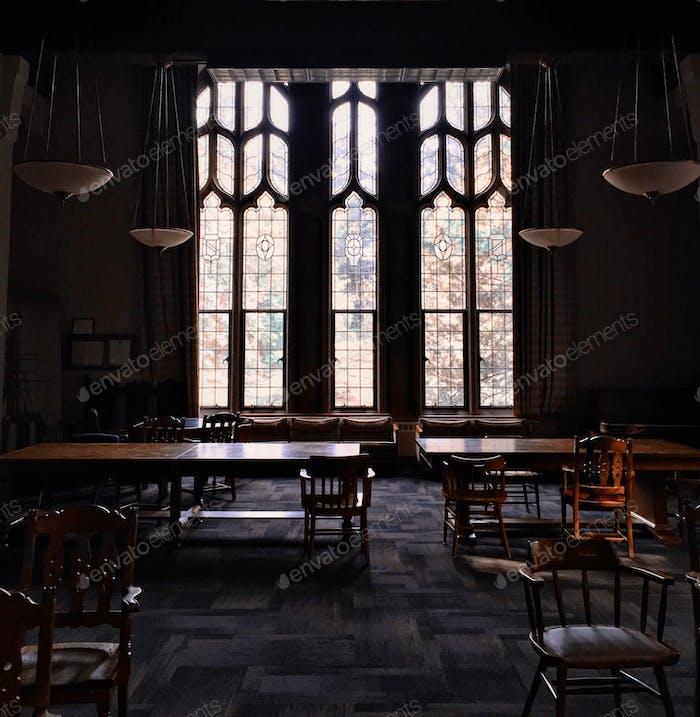 ein Arbeitszimmer mit gotischen Architektur-inspirierten Fenstern