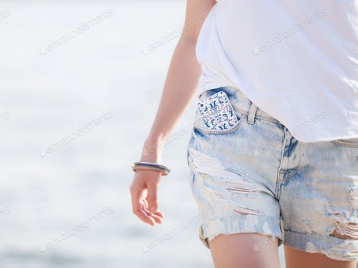 Mädchen in Jeans-Shorts und weißes T-Shirt