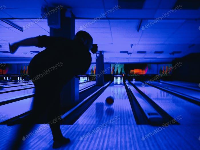 Bowling in einer blauen Bowlinghalle