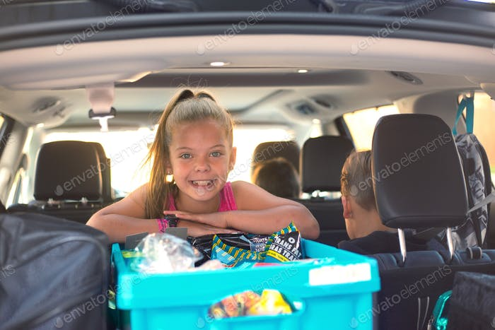 Road trip with family and kids packing the car responsibilities