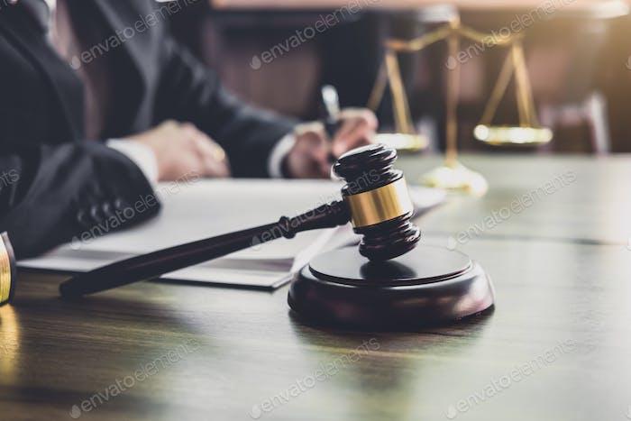 Juez martillo con abogados de Justicia