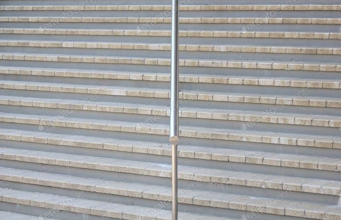 Stufen mit Edelstahl-Handlauf