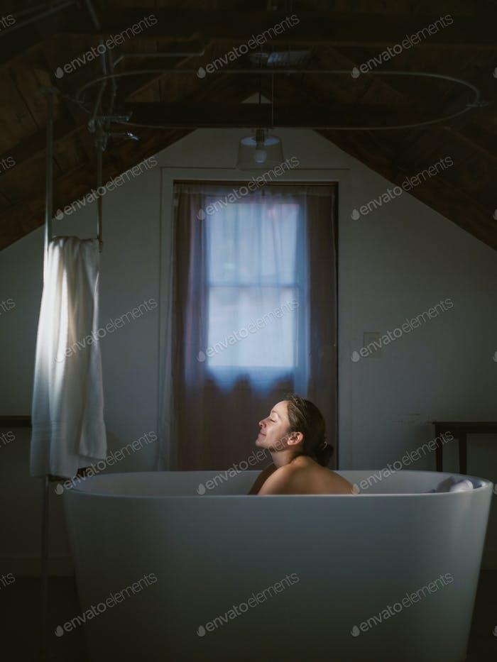 Mujer disfrutando de un baño vintage