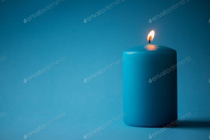 Vela azul aislada sobre azul